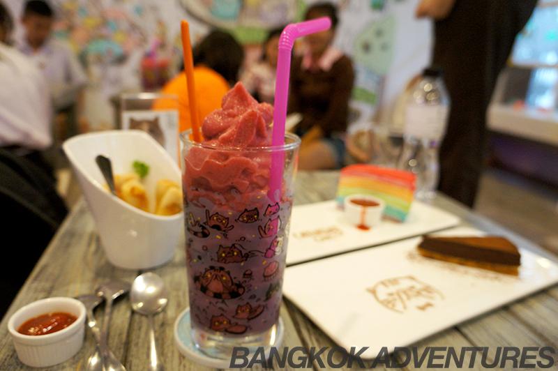 Smoothie and snacks at Cake at Caturday Cat Café in Bangkok